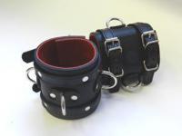 Наручники широкие подшитые, застежка: 2 ремешка с пряжками с 3 сварн D-кольцами